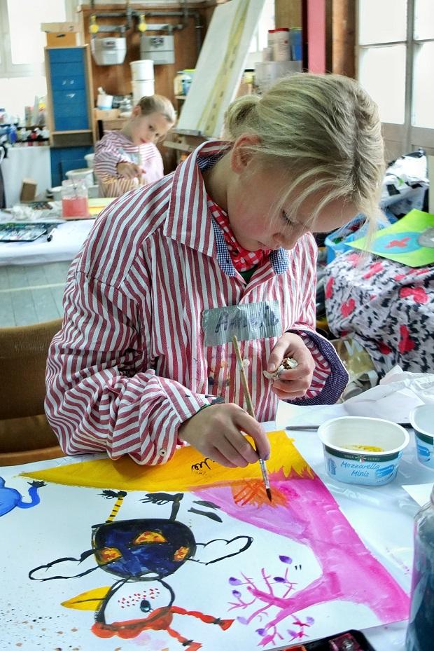 Mädchen malt